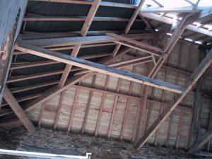Pour rénover son toit, le remplacement de certaines pièces de bois peut être nécessaire
